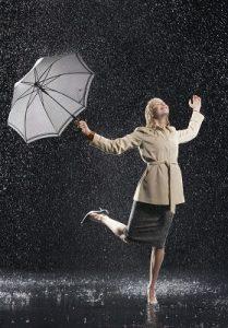 femme-sous-la-pluie