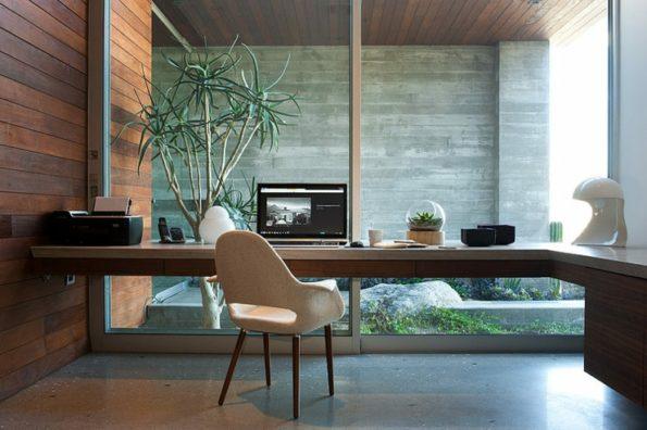Bureau au mur vitré de la maison de plain-pied