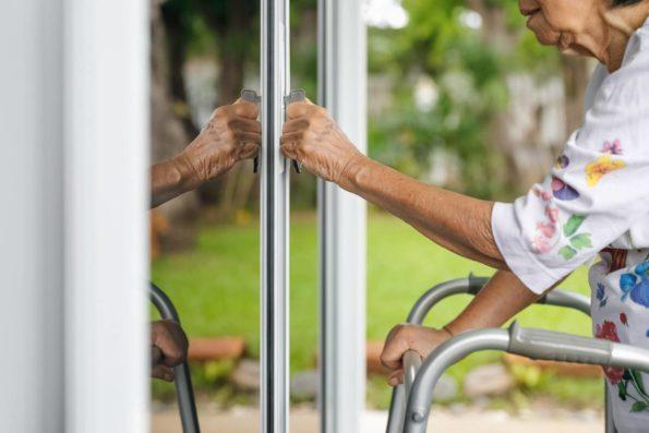 éviter aux personnes âgées des chutes à la maison